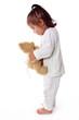 enfant en pijama parle a son ours en peluche