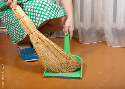 cleans trash with a dustpan