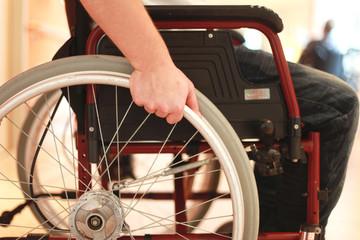 Hand an Rollstuhl