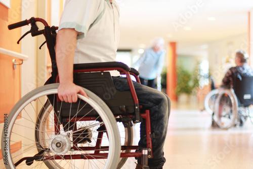 Rollstuhl im Altenheim