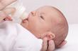 Studioaufnahme - Mutter füttert ihr Baby