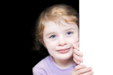 Bambina che sorride alla porta