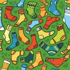 бесшовная текстура - яркие носки на зеленом фоне