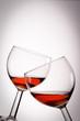 Zwei Weingläser mit kühlem Rosé und Vignette