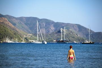Piękna młoda kobieta w morzu. Port w Marmaris - Turcja.