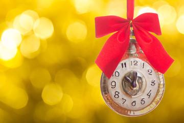Старинные часы с красным бантом