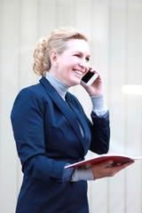 Geschäftsfrau mit Handy und Terminkalender