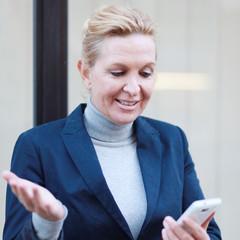 ratlose Geschäftsfrau mit Handy