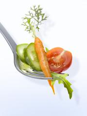 Fourchette de roquette, tomate, carotte et concombre