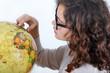 Jeune-Fille regardant un globe terrestre