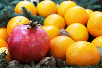 Granatapfel und Mandarinen