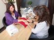 Kundin freut sich üner entspannende Handmassage im Nagelstudio