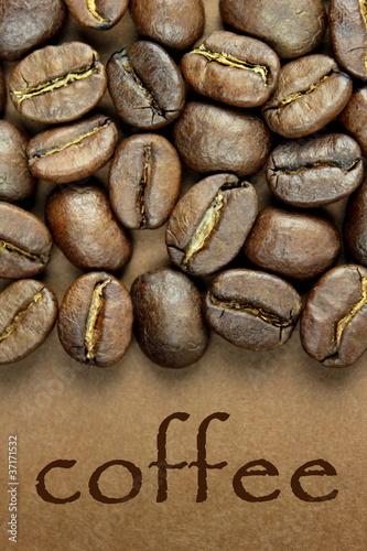 ziarna-kawy-i-tekst-quot-kawy-quot-na-brazowym-tle