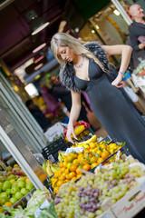 ragazza elegante al mercato