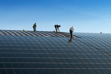 Operai che installano pannelli solari