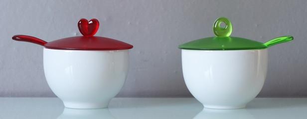 Zuccheriere con coperchi colorati