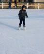 bambino sulla pista di pattinaggio
