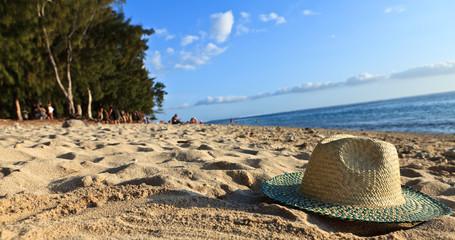 chapeau posé sur la plage
