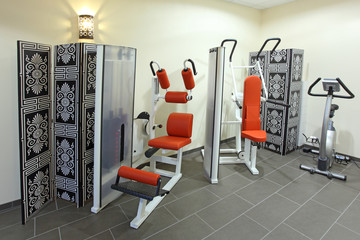Drei Fitnessgeräte Training