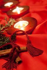 candeline su fondo rosso