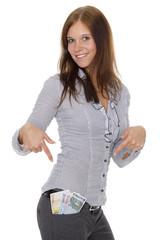 Junge Frau zeigt ihr Taschengeld