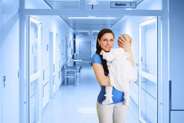 Frau mit Baby in der Klinik
