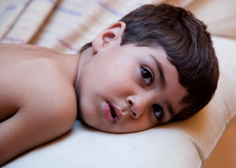 bambino coricato nel divano