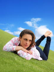 Frau liegend auf dem Bauch