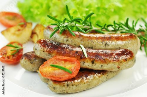 Grillwürstchen mit Salat