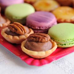 tartelettes aux noix et macarons