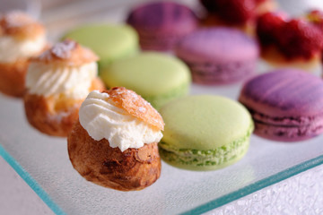 assiette de mignardises:choux et macarons