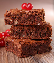 Brownies i czerwona porzeczka