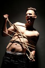 Mann mit Seil