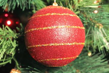 Sfera rossa che pende dall'albero di Natale
