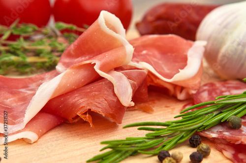 Schinken und Salami auf einem Brettchen