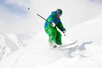 Skifahrer auf der Abfahrt