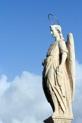 Statua di angelo tra cielo e nuvole