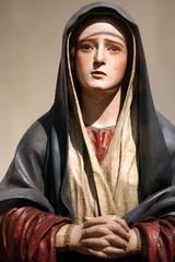 Statua d Vergine addolorata che piange