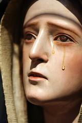 statua di Madonna Addolorata che piange