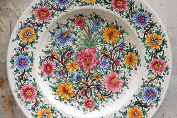 piatto di ceramica dipinto e decorato a mano
