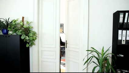 Ein Mann jubelt im Büro