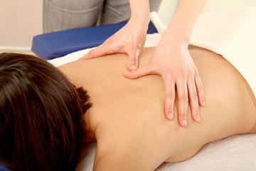 Frau bei der Massage