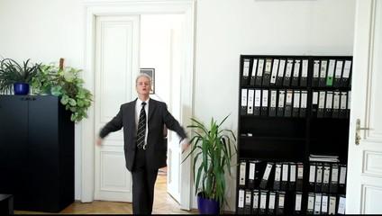 Ein Mann in einem Büro ist zornig