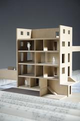 Architektur Modellhaus mit Bauplänen im Vordergrund