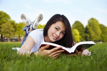 Mädchen liest Buch, liegen