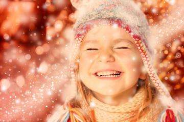 Mädchen mit Pudelmütze lacht roterHintergrund