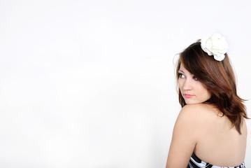 молодая красивая голая девушка на белом фоне с синим цветком