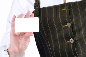женская рука держит визитку для рекламы