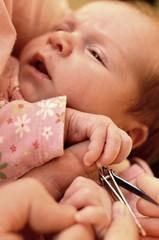 bébé couper des clous