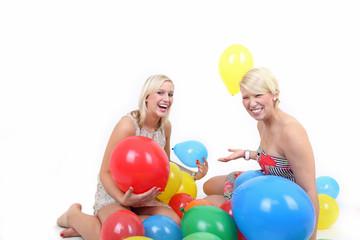 Mit Luftballons spielen